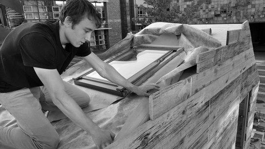 Valentin bei Dacharbeiten am Modell 1:1